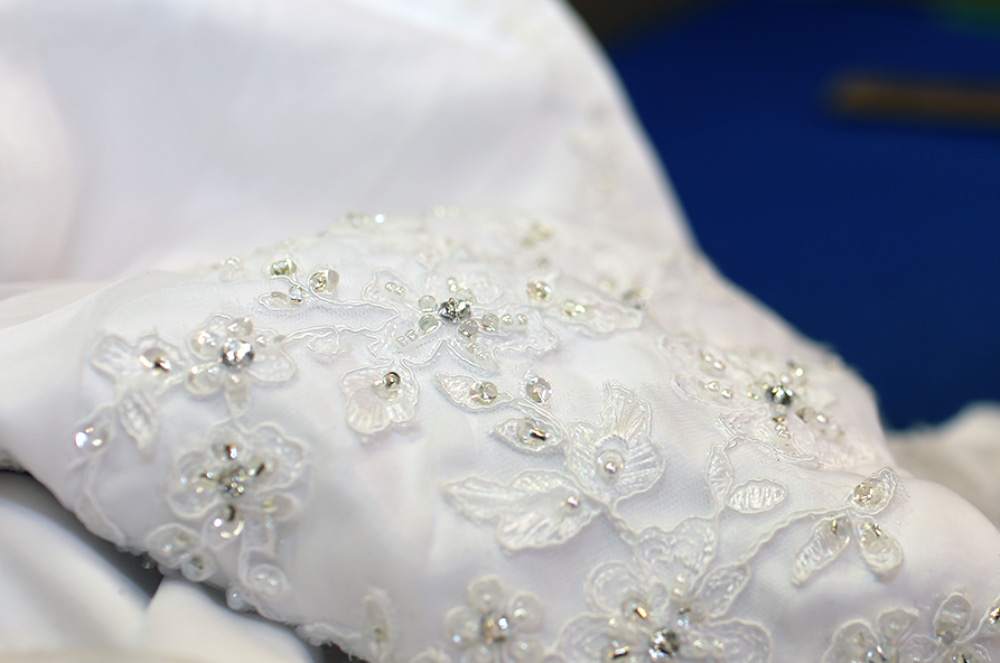 Ärmel eines mit Perlen bestickten Hochzeitskleid in der Schneiderei für Hochzeitskleider bei Harburg